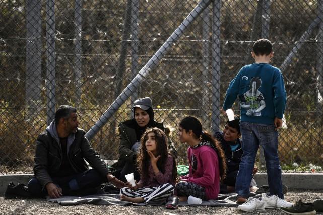 Une famille de réfugiés au camp provisoire de... (Photo ARIS MESSINIS, archives Agence France-Presse)