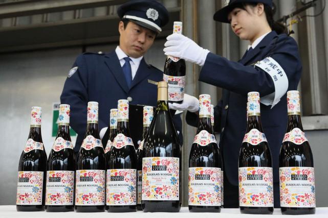 Au Japon, premier importateur de Beaujolais Nouveaux, il... (Photo JIJI PRESS, AFP)