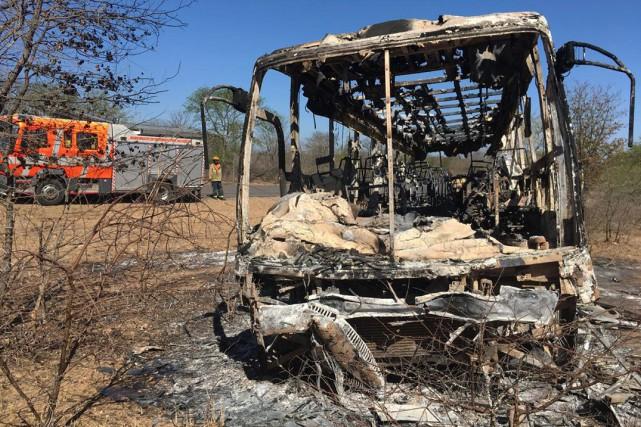 zimbabwe au moins 42 morts dans l 39 incendie d 39 un bus afrique. Black Bedroom Furniture Sets. Home Design Ideas