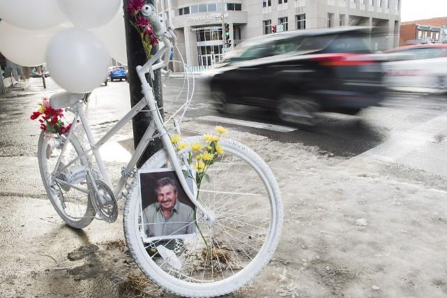 Le vélo blanc a été installé à la... (PHOTO Graham Hughes, LA PRESSE CANADIENNE)