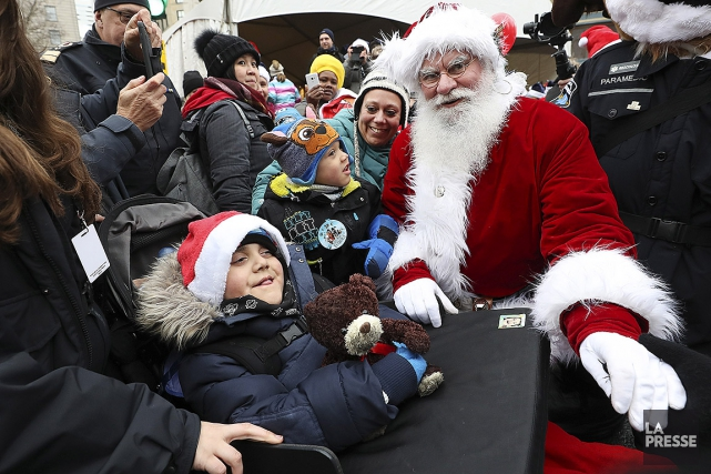 Le petit Jason, 8ans, et le père Noël... (Photo RobertSkinner, La Presse)