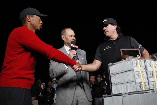 Tiger Woods, à gauche, et Phil Mickelson, à... (Photo John Locher, AP)