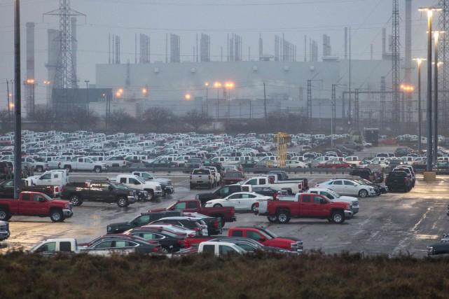 Des centaines de véhicules sont stationnés derrière l'usine... (Photo AFP)