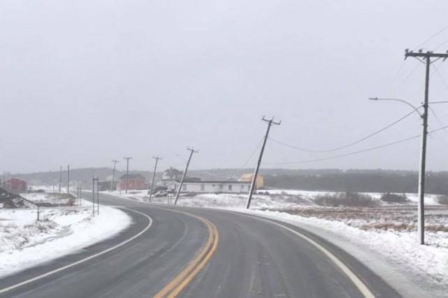 Selon Hydro-Québec, une trentaine de poteaux électriques et... (PHOTO TIRÉE DE LA PAGE FACEBOOK DU MAIRE DES Îles-de-la-Madeleine JONATHAN LAPIERRE)