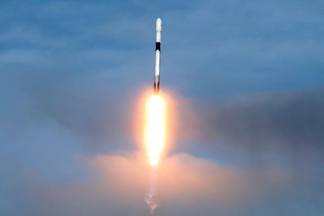 Une fusée Falcon9 de SpaceX contenant un satellite... (Photo JOE SKIPPER, archives REUTERS)