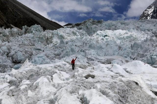 Serge Dessureault dans la cascade de glace du... (Photo tirée de Facebook)