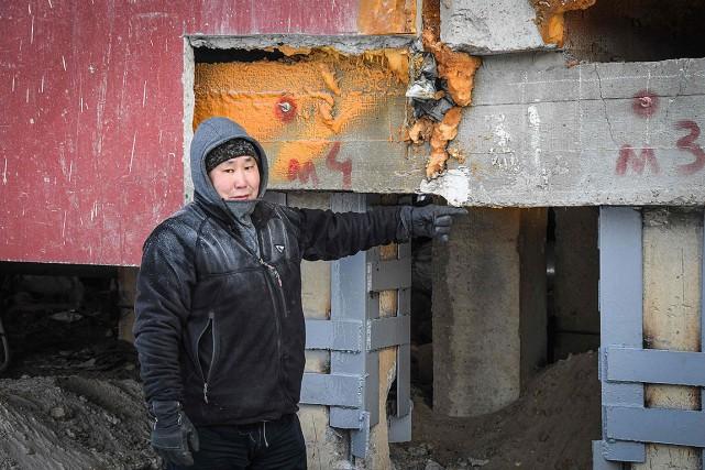 Édouard Romanov, l'index pointé vers un immeuble de... (Photo MLADEN ANTONOV, AFP)