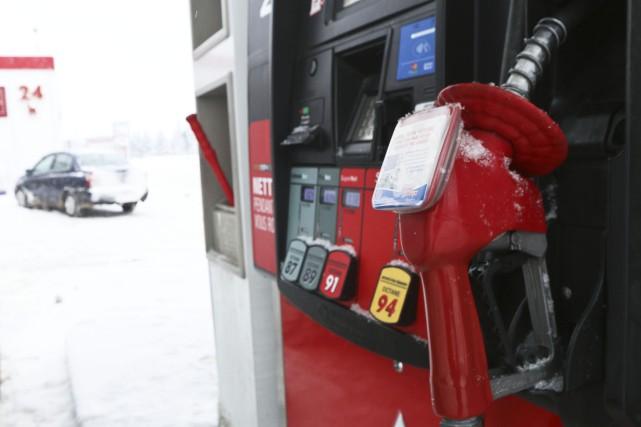 Le prix de l'essence à la pompe est descendu sous la barre du 1$ à certains... (Photo Étienne Ranger, Le Droit)