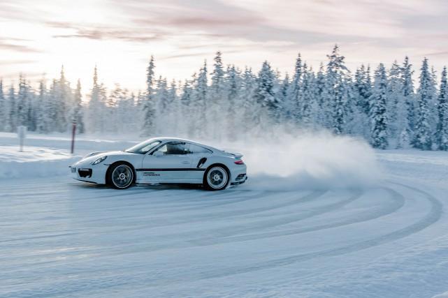 Porsche donne des cours de conduite hivernale, mais... (Photo Porsche)