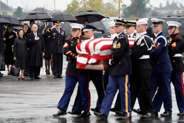 Dans la matinée, sa famille et des proches... (Photo DAVID J. PHILLIP, AFP)