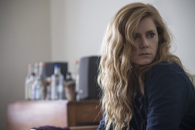 Amy Adams dans une scène de Sharp Objects.... (AP)
