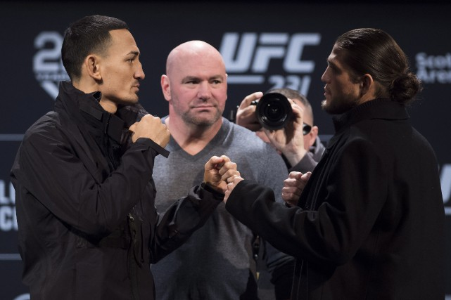 Max Holloway (à gauche) a enregistré un poids... (Photo Nathan Denette, La Presse canadienne)