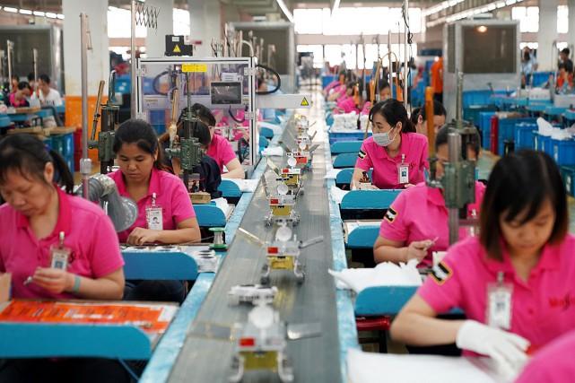 Sur cette photo, des employés assemblent des modèles... (Photo CHINA STRINGER NETWORK, REUTERS)
