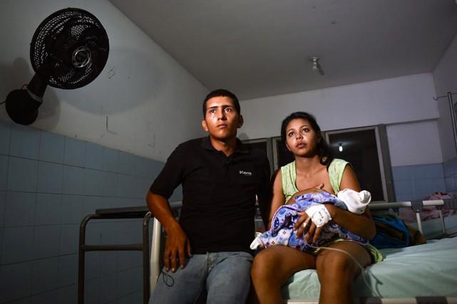 La Vénézuélienne Brecia Triago (R), accompagnée de son... (PHOTO LUIS ACOSTA, AGENCE FRANCE-PRESSE)