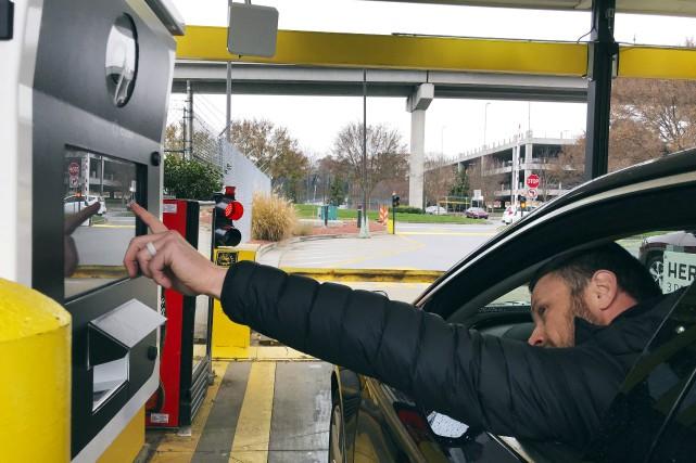 Un conducteur au volant d'une auto louée chez... (photo AP)