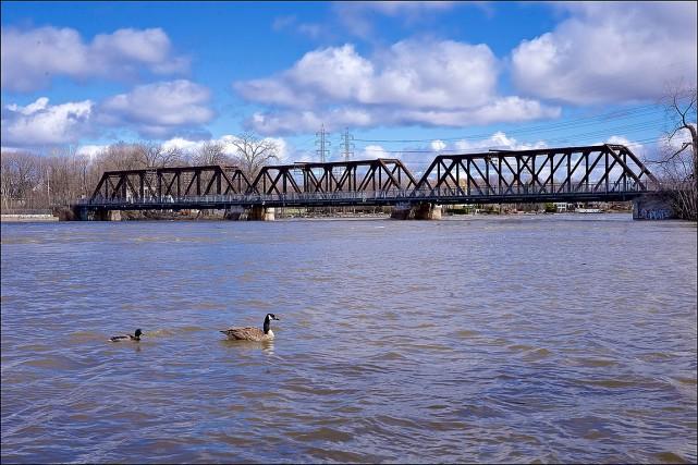 Colis suspect sous un pont ferroviaire entre Montréal et Laval: fausse alerte