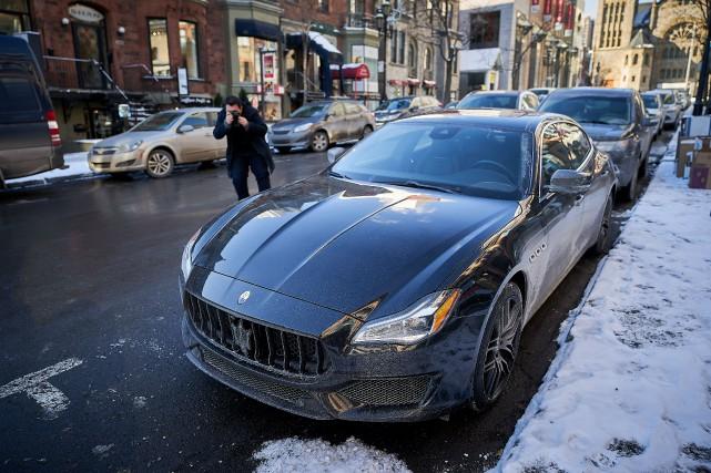 Olivier Lessard-Huard, adepte de car spotting alimente un... (Photo André Pichette, La Presse)