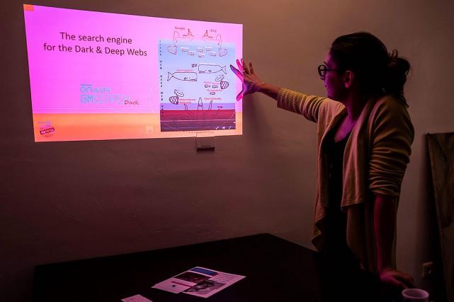 Céline Haéri, cofondatrice d'Aleph Networks, dans les locaux... (Photo JEAN-PHILIPPE KSIAZEK, AFP)