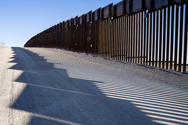 Une partie du mur qui sépare le Mexique... (Photo PAUL RATJE, archives Agence France-Presse)