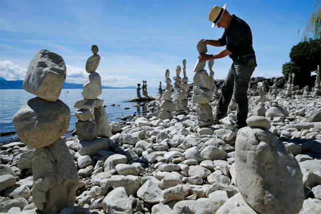 La construction de monuments éphémères en pierre est... (Photo Denis Balibouse, archives Reuters)