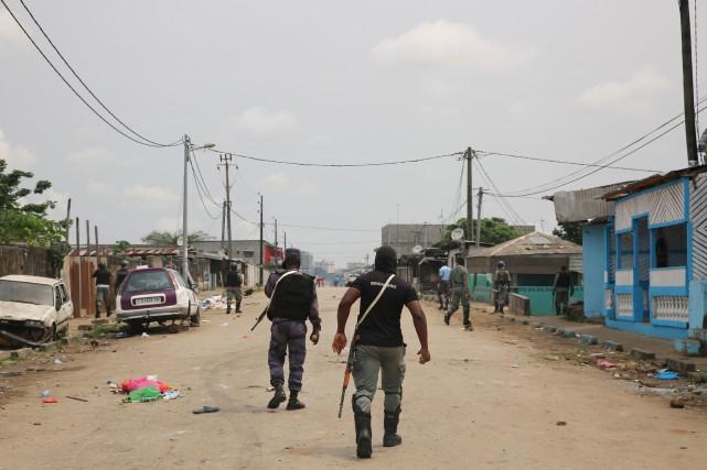 Des gendarmes patrouillent dans les rues de Libreville.... (Photo STEVE JORDAN, AFP)