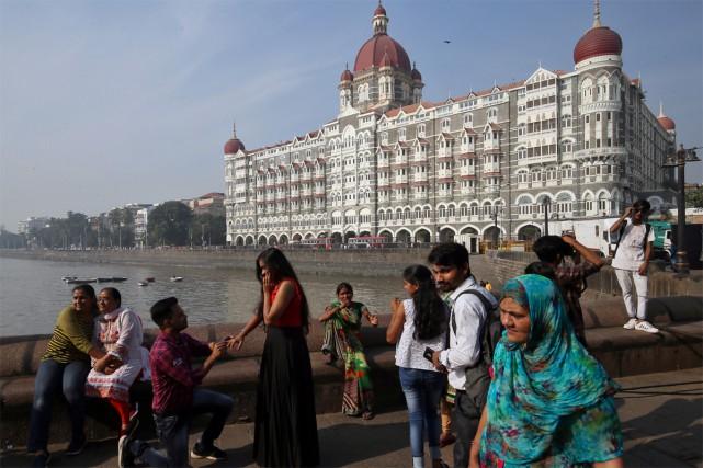 Des touristes se prennent en photo devant le... (photo Francis Mascarenhas, archives reuters)