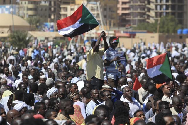 Les manifestants ont acclamé le président en criant... (Photo Mahmoud Hjaj, Associated Press)