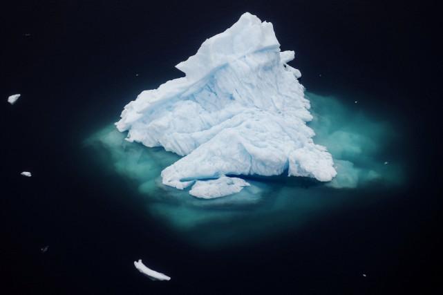 Un iceberg flotte près de la ville de... (Photo LUCAS JACKSON, REUTERS)