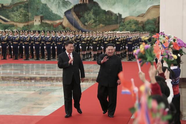 Le président de la Chine Xi Jinping accompagné... (Photo Huang Jingwen, AP)