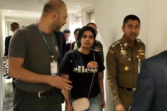 Sur cette photo, Rahaf Mohammed Alqunun (au centre)... (Photo fournie par la police de l'immigration de la Thaïlande via AP)