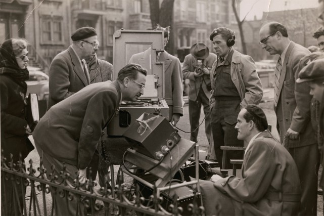 Sur le plateau du film Tit-Coq, Gratien Gélinas... (Photo Archives Nationales du Canada, Fonds Gratien-Gélinas)