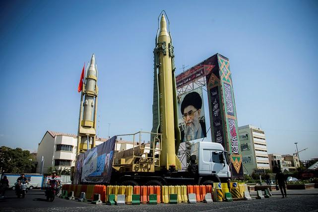 Des missiles ont été exposés devant un portrait... (Photo Reuters Photographer, archives REUTERS)