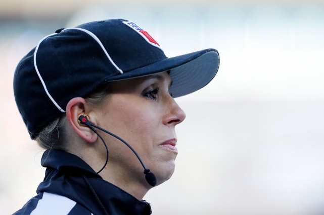 Sarah Thomas a arbitré le match entre les... (Photo David Butler II, USA TODAY Sports)