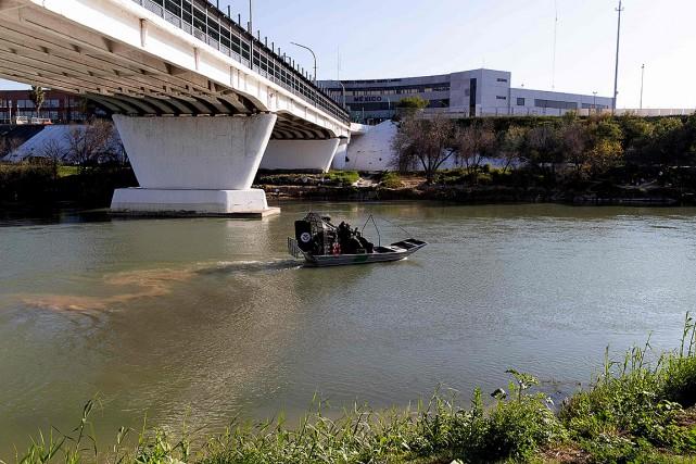 Des agents frontaliers américains patrouillent en hydroglisseur sur... (PHOTO SUZANNE CORDEIRO, AGENCE FRANCE-PRESSE)