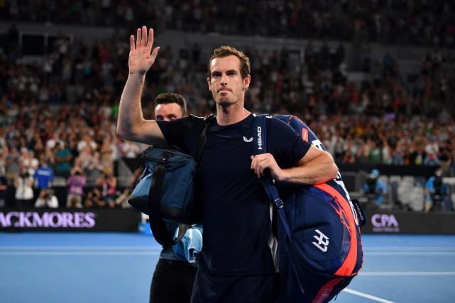 Andy Murray salue la foule après sa défaite.Le... (Photo SAEED KHAN, AFP)