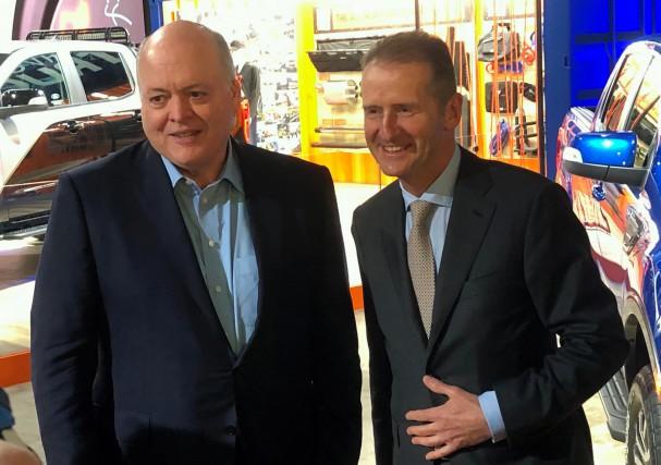 Les PDG de Ford, Jim Hackett, et de... (Photo BEN KLAYMAN, REUTERS)