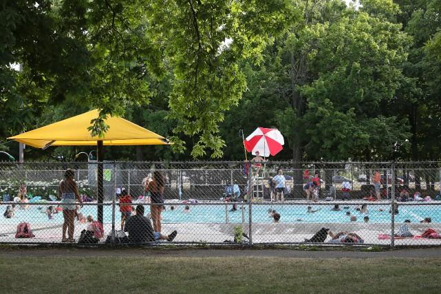 Montréal corrigera les clôtures autour de ses piscines