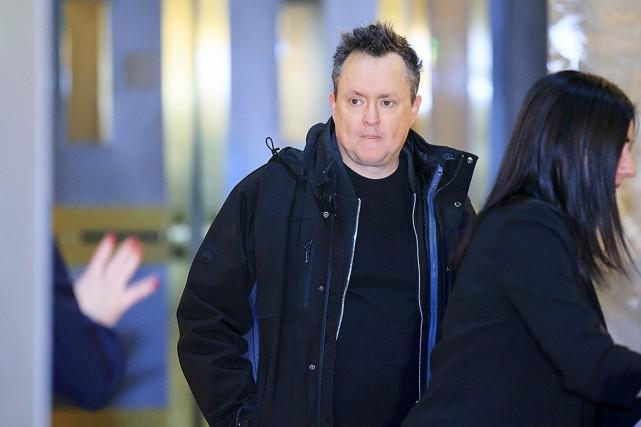 L'humoriste Mike Ward est arrivé au tribunal une... (Photo Alain Roberge, La Presse)