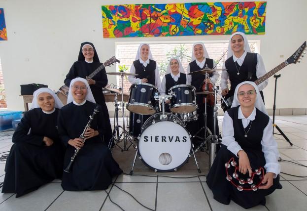 Les Siervas (les «Servantes»), rockeuses en habit monastique... (Photo CRIS BOURONCLE, AFP)