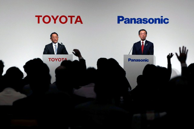 Le PDG de Toyota Akio Toyoda (à g.)... (Photo d'archives Toru Hanaï, Reuters)
