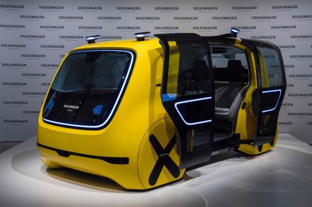 La Volkswagen autonome «Sédric»en montre au siège social... (Photo JOHN MACDOUGALL, AFP)