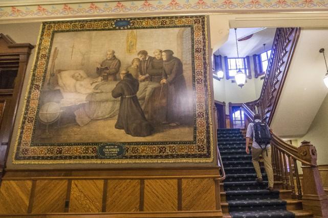 Les 12 fresques se trouvent dans le bâtiment... (PHOTO AP)