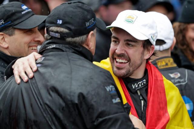 Le pilote espagnol Fernando Alonso (à d.) célébrant... (Photo John Raoux, AP)