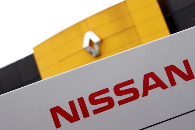 Les emblèmes des constructeurs Renault et Nissan devant... (Photo Christian Hartmann, REUTERS)