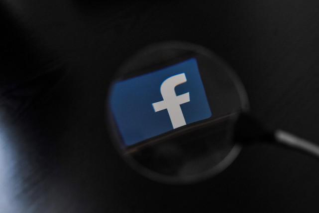 Facebook a annoncé jeudi avoir mis fin à une nouvelle campagne de manipulation... (PHOTO AFP)