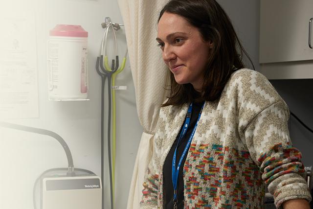 Entre deux quintes de toux de son patient, l'infirmière Véronique questionne ce... (Maxyme G. Delisle)
