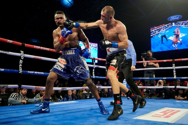 Sergey Kovalev assène une droite à Eleider Alvarez.... (Photo Cooper Neill, Associated Press)