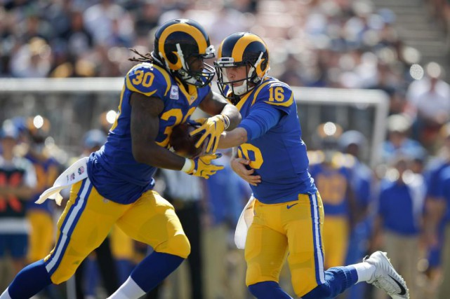Todd Gurley (30) et Jared Goff (16), des... (Photo Jae C. Hong, Associated Press)