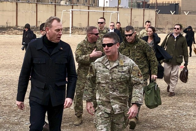 Patrick Shanahan, à son arrivée à Kaboul, s'entretient... (Photo Associated Press)