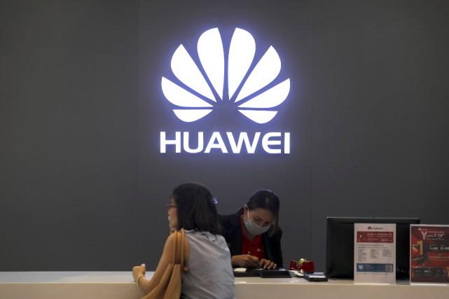 Huawei est le deuxième fabricant mondial de téléphones... (Photo ATHIT PERAWONGMETHA, REUTERS)